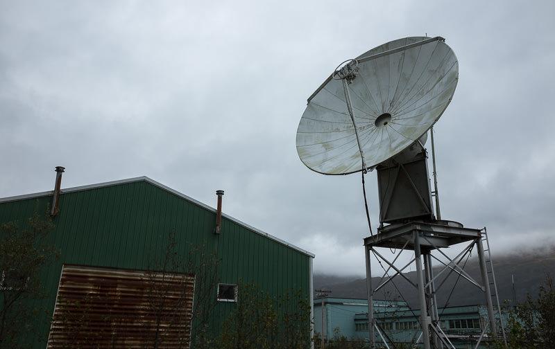 Satellite dish in Whittier, Alaska. GreatDistances / Matt Wicks - Two Weeks in Alaska: Selected Photos